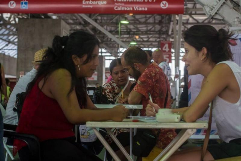 Coletivo escreve cartas gratuitamente em estação de trem de SP