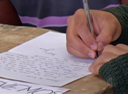 Grupo escreve cartas na estação de Ferraz de Vasconcelos